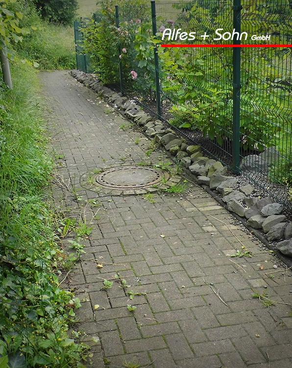 Alfes + Sohn GmbH Referenzen | Aufnahme Kanaldeckel auf kleinem Seitenweg