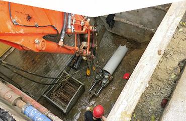 grabenlose Bauweisen mit dem Berstlining-Verfahren, Baustellenfoto einer Baugrube in Schwelm